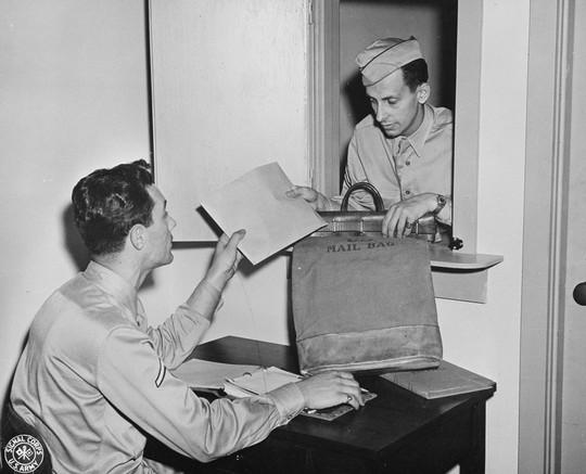V-mail cho phép việc vận chuyển thư từ thuận lợi và ít tốn kém chi phí hơn rất nhiều. 1.600 bức thư khi được chuyển thành dạng phim cuộn chỉ có kích thước bằng một bao thuốc lá, vì thế 37 túi thư giờ chỉ còn một túi.