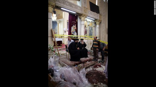 Kênh truyền hình CBC TV cho thấy nhiều người trong nhà thờ ở Tanta vây quanh những nạn nhân nằm trên sàn dường như đã chết, các thi thể đầy máu được bao phủ bằng giấy. Đức Giáo hoàng Francis lên án vụ đánh bom kép này và gửi lời chia buồn đến Ai Cập.