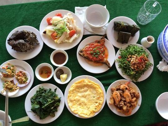 Bữa trưa nằm trong gói tour du lịch khám phá Cù Lao Chàm