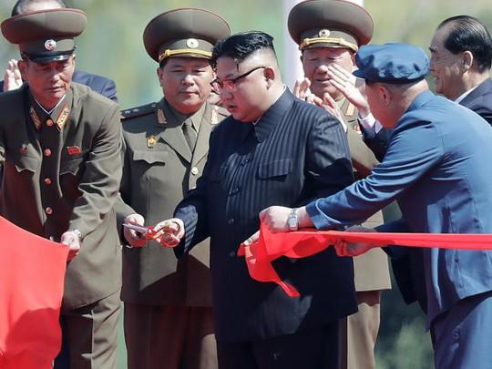 Nhà lãnh đạo Triều Tiên Kim Jong-un hôm 13-4 cắt băng khánh thành quần thể nhà ở ngay trung tâm thủ đô. Ảnh: AP