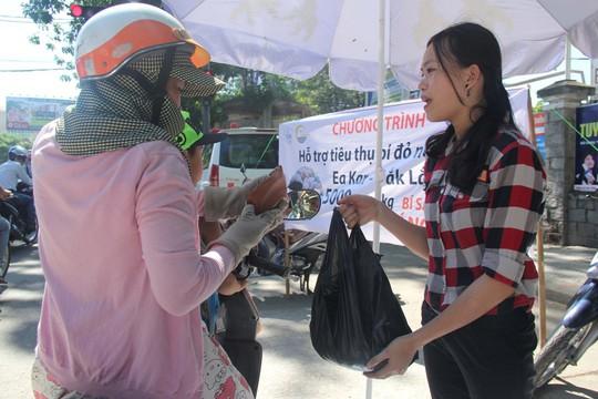 """Huế chung tay """"giải cứu bí đỏ"""" cho nông dân Đắk Lắk - Ảnh 4."""