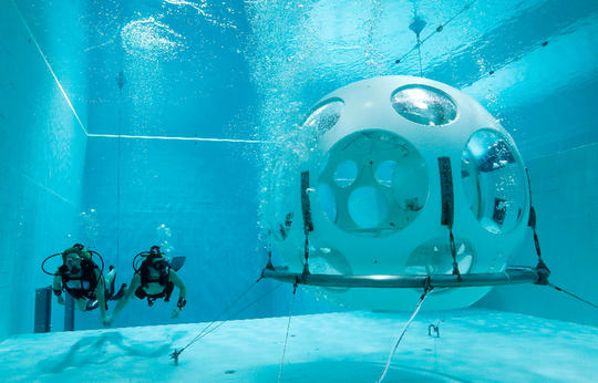 Thực khách thích thú với nhà hàng dưới đáy bể bơi - Ảnh 3.