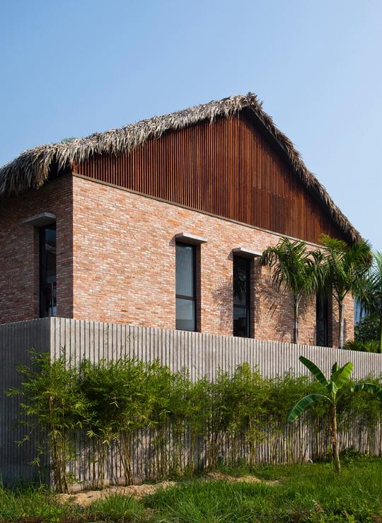 Bí ẩn sang chảnh trong ngôi nhà mái lá giữa Sài Gòn - Ảnh 4.