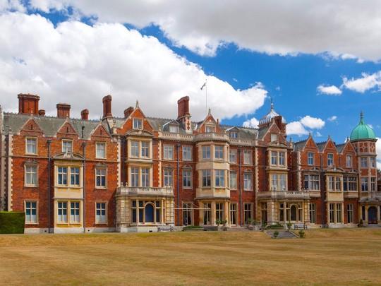 Khối tài sản khổng lồ hái ra tiền của Nữ hoàng Anh - Ảnh 4.