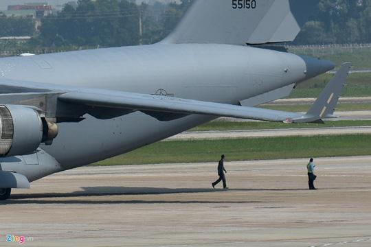 Máy bay vận tải đoàn Tổng thống Donald Trump đến Hà Nội - Ảnh 4.