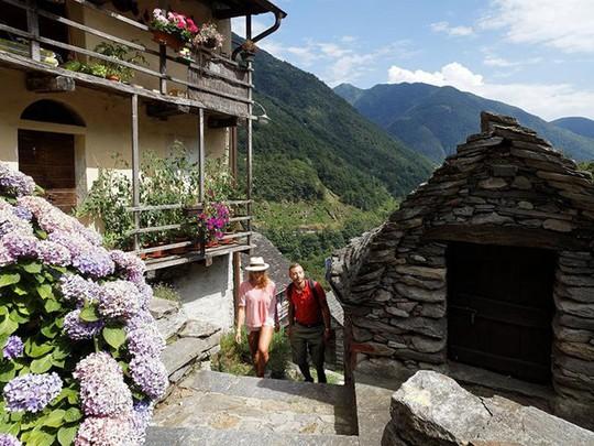 Ngôi làng chỉ có 13 người sắp trở thành khách sạn - Ảnh 4.