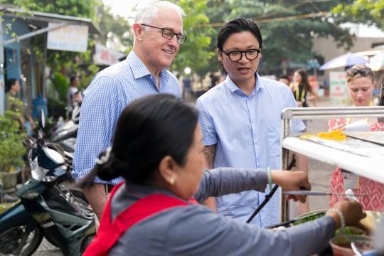 Thủ tướng Úc thích thú thưởng thức bánh mì vỉa hè Đà Nẵng - Ảnh 3.