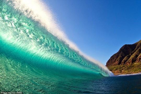 Choáng ngợp với những con sóng khổng lồ tuyệt đẹp nhưng cũng đầy hăm dọa - Ảnh 4.