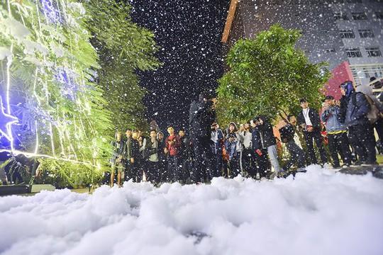 Bạn trẻ thích thú với tuyết rơi giữa Hà Nội - Ảnh 4.