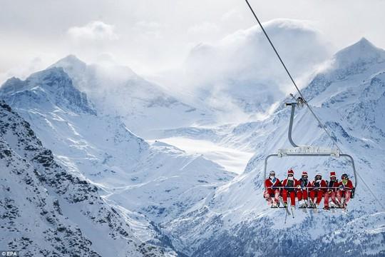 Bắt gặp hàng ngàn ông già Noel vui vẻ trên núi Alps - Ảnh 4.