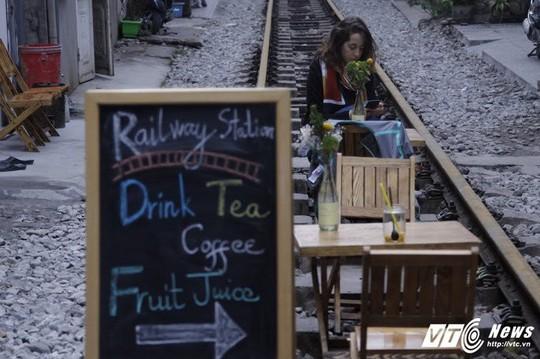 Du khách thích thú cà phê đường ray tàu hỏa Hà Nội - Ảnh 4.