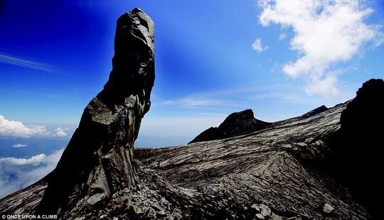 8 địa điểm leo núi đáng sợ nhất thế giới - Ảnh 4.