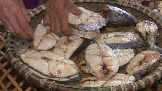 Chết thèm nhìn nướng cá bằng than ở Cửa Lò ngày rét - Ảnh 2.