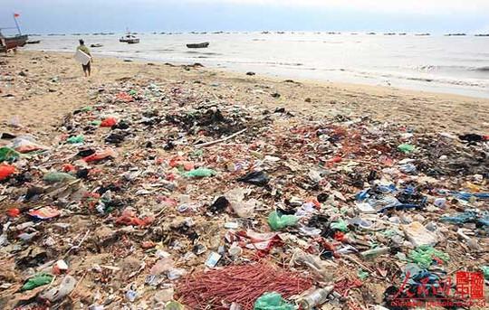 Bãi rác ven biển tỉnh Hải Nam – Trung Quốc. Ảnh: People.cn