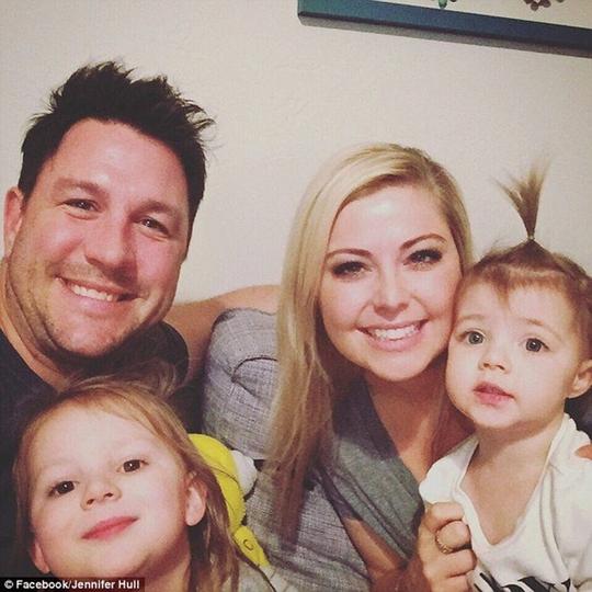 Bố của Hollis cũng sợ phát khóc khi xem loại đoạn ghi hình vợ nhanh trí cứu con gái bị hóc.