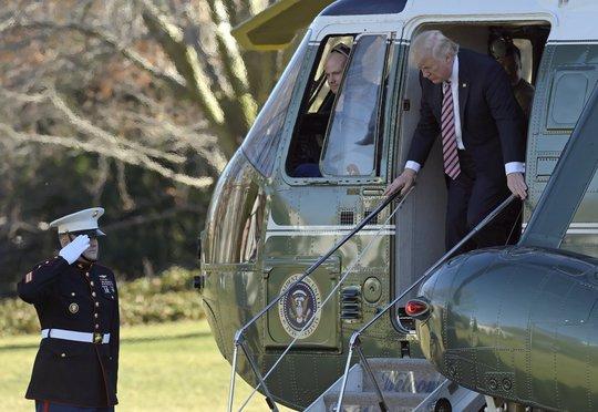 Ông Trump cũng đã có chuyến bay trải nghiệm đầu tiên trên chiếc trực thăng tổng thống Marine One. Ảnh: AP