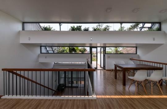 Thiết kế xếp bậc giúp căn nhà mở ra các góc sáng, râm, tận dụng được ánh sáng mặt trời ban ngày.
