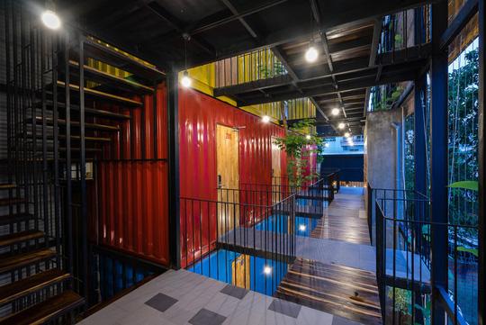 Sử dụng các container cũ, khung sắt, kết hợp hài hòa với cây xanh, ký túc xá vừa mang chất công nghiệp lại vừa tự nhiên, dung dị.