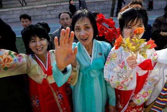 Người dân trong trang phục truyền thống tham dự sự kiện. Ảnh: Reuters