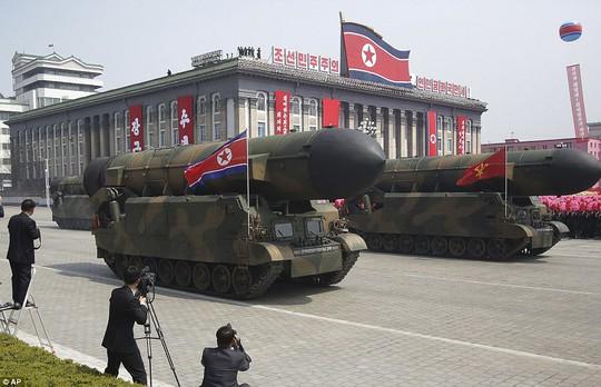 Lễ duyệt binh kỷ niệm 105 năm ngày sinh của cố lãnh đạo Kim Nhật Thành hôm 16-4. Ảnh: AP
