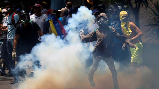 Đụng độ giữa người biểu tình và cảnh sát chống bạo động. Ảnh: Reuters