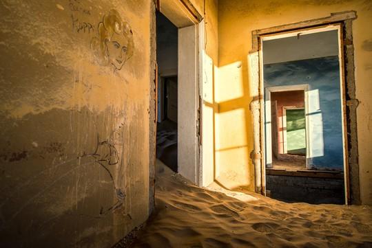 Vẻ kỳ bí của thị trấn bỏ hoang bị sa mạc nuốt chửng - Ảnh 5.