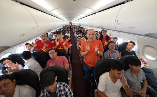 Mừng Tết Độc lập, khách Vietjet được nhận quà và cùng hát acapella - Ảnh 6.