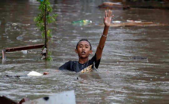 Bão vừa đổ bộ, người dân Philippines ngụp lặn trong nước lũ - Ảnh 5.