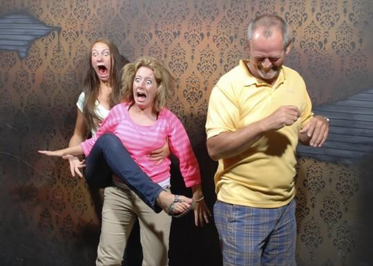 Những cảnh hài hước trong nhà ma bị camera chụp lại - Ảnh 5.
