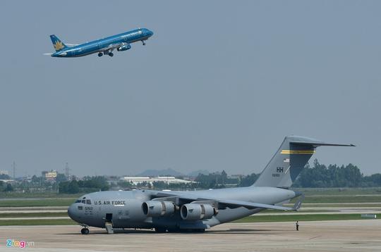 Máy bay vận tải đoàn Tổng thống Donald Trump đến Hà Nội - Ảnh 5.
