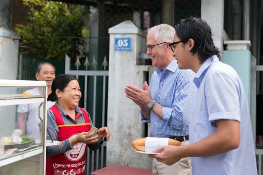 Thủ tướng Úc thích thú thưởng thức bánh mì vỉa hè Đà Nẵng - Ảnh 4.