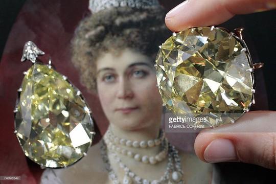 Ngắm hai viên kim cương vàng lớn nhất thế giới đấu giá hôm nay - Ảnh 5.