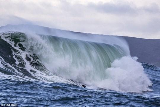 Choáng ngợp với những con sóng khổng lồ tuyệt đẹp nhưng cũng đầy hăm dọa - Ảnh 5.