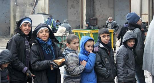 Cạn lương thực, người dân Syria phải lục thùng rác - Ảnh 5.