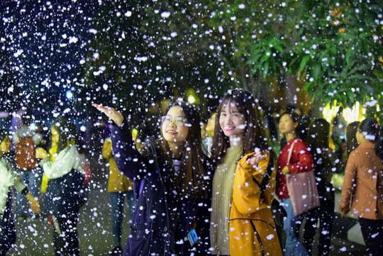 Bạn trẻ thích thú với tuyết rơi giữa Hà Nội - Ảnh 5.