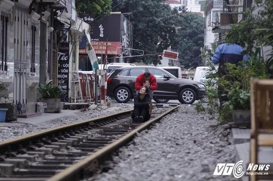 Du khách thích thú cà phê đường ray tàu hỏa Hà Nội - Ảnh 5.