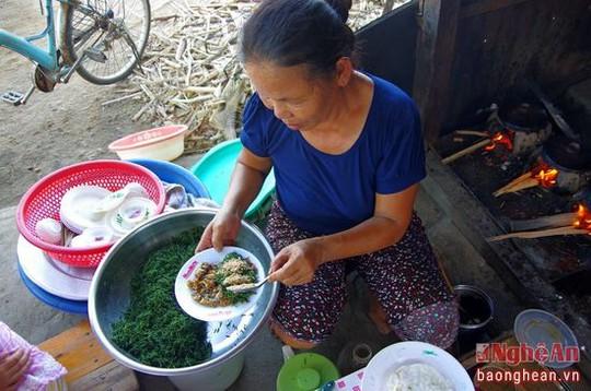 Đã 8 năm nay, dù ngày mưa hay nắng thì quán bánh khoái của bà Đồng ở chợ Ngò (Sơn Hải, Quỳnh Lưu) luôn đông khách mỗi buổi sáng. Bà bắt đầu nhóm bếp lúc 5 giờ sáng và chỉ 9 giờ thì đã bán hết 3 kg bột bánh.