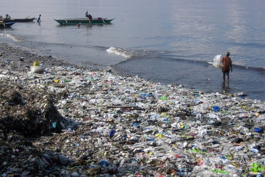 Rác thải ở bãi biển Hawaii – Mỹ. Ảnh: AP