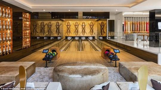 Khu vực chơi bowling. Ảnh: Bruce Makowsky