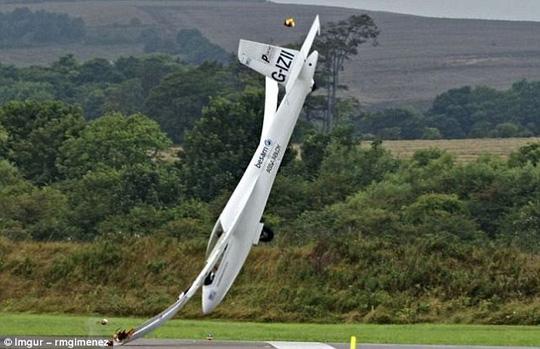 Một chiếc máy đâm vào đường băng tại triển lãm hàng không ở Tây Sussex năm ngoái. Một lần nữa, bất chấp tất cả các tỷ lệ cược, phi công rất may mắn đã sống sót.