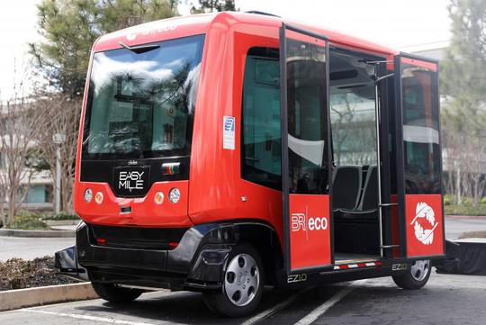Xe buýt chạy quanh bãi đậu xe khu vực Vịnh San Francisco hôm 6-3. Ảnh: REUTERS