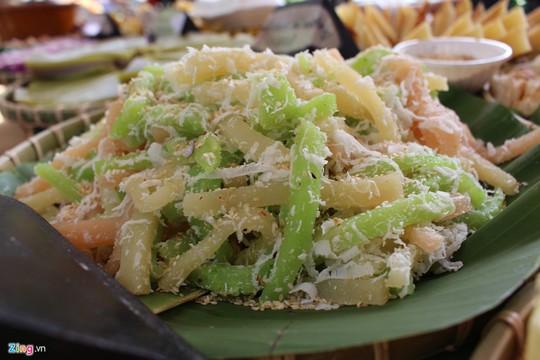 Bánh tằm: Những sợi bánh nhiều màu sắc được làm bằng củ mì (sắn) phủ dừa bào, mè rang vàng luôn có sức hút với thực khách Sài thành. Một phần bánh tằm hiện nay có giá khoảng 10.000 đồng