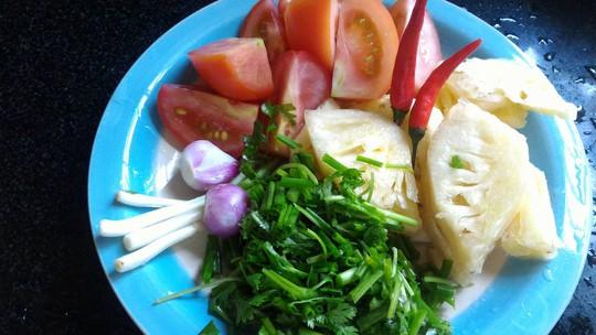 Cà chua, thơm, hành ngò, ớt những nguyên liệu không thể thiếu cho món canh ngót