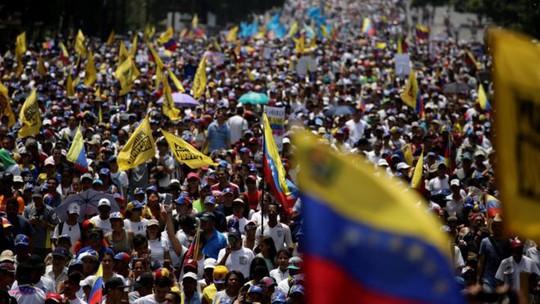 Hàng ngàn người đã xuống đường yêu cầu chính phủ tiến hành cuộc bầu cử tổng thống mới. Ảnh: Reuters