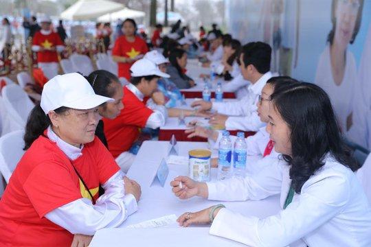 Các bác sĩ Trung tâm dinh dưỡng Vinamilk tư vấn sức khỏe và chế độ dinh dưỡng cho người cao tuổi tham gia chương trình