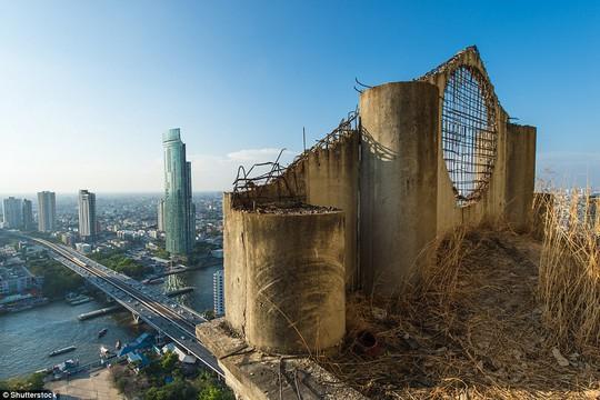 """Lạnh gáy với """"Tòa tháp ma"""" chọc trời giữa lòng Bangkok - Ảnh 2."""