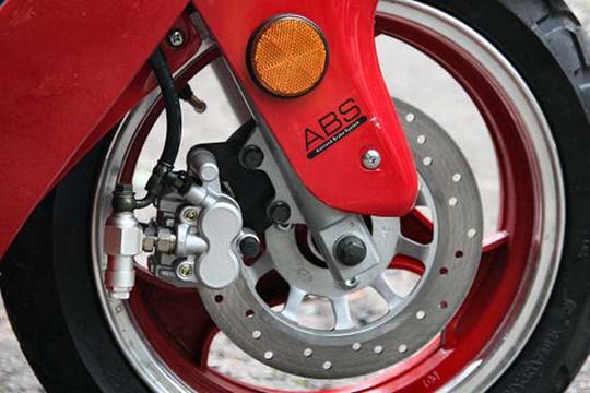 Độ phanh ABS cho xe máy: an toàn hay hiểm họa? - Ảnh 2.