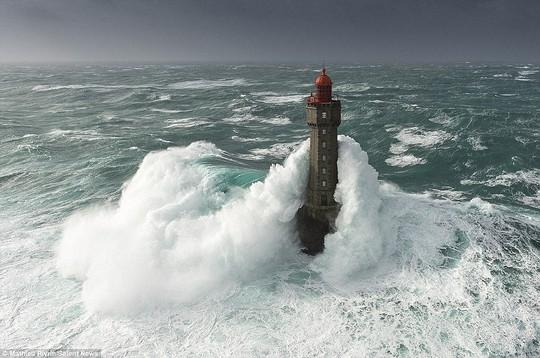 Choáng ngợp với những con sóng khổng lồ tuyệt đẹp nhưng cũng đầy hăm dọa - Ảnh 6.