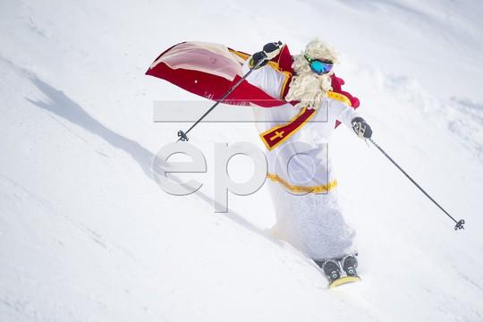 Bắt gặp hàng ngàn ông già Noel vui vẻ trên núi Alps - Ảnh 6.
