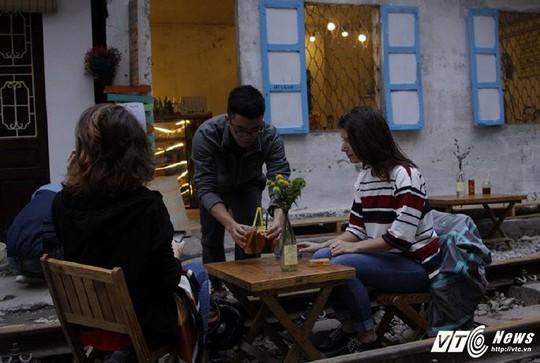 Du khách thích thú cà phê đường ray tàu hỏa Hà Nội - Ảnh 6.
